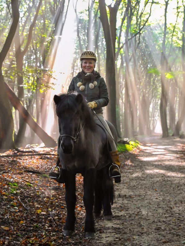 emmy-op-paard-in-bos-3-4